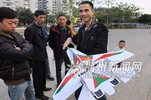 """""""今年42岁的陈建欣是这架航模飞机的主人,他告诉记者,飞机是他自己买"""