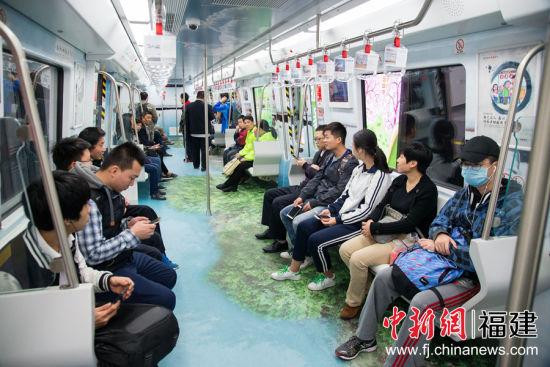试运营首日,市民乘坐体验地铁。李南轩 摄