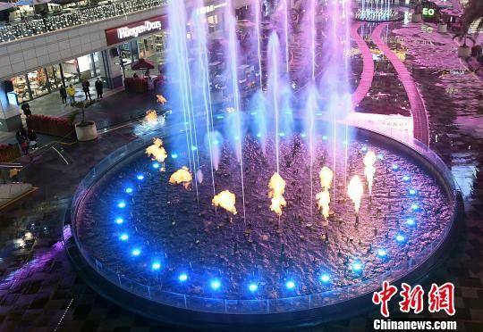 3月14日晚,福州一城市综合体绝美的水秀表演吸引了许多市民前来观赏。 张斌 摄