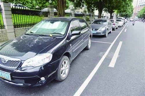 车辆应在车位内有序停放。