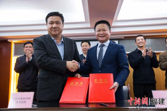 """中国医学科学院望京医院院长朱立国(左)与福州市中医院院长张俊芳(右)现场签订""""一带一路""""协作医院框架合作协议。李南轩摄"""