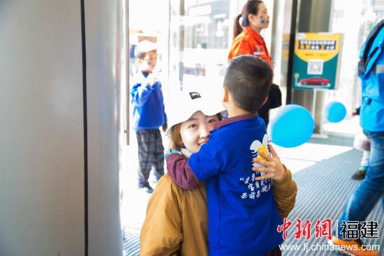福州某小学的40多位孩子走上街头向路人宣传自闭症常识(图文)