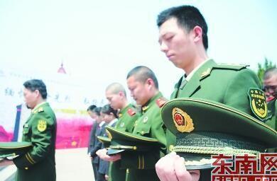 1日,罗源县莲花山革命烈士陵园,当地边防官兵和检察官向长眠的革命烈士默哀。陈昭影 摄
