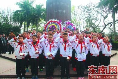 1日,漳州市芗城区关工委组织当地1000多名师生到中山公园闽南革命烈士纪念碑前悼念为解放漳州而牺牲的先烈们。 严秀华 叶慧平 摄