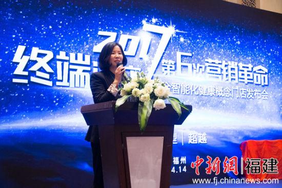 图为上海路合汽车用品有限公司负责人正在介绍机器人。李南轩 摄