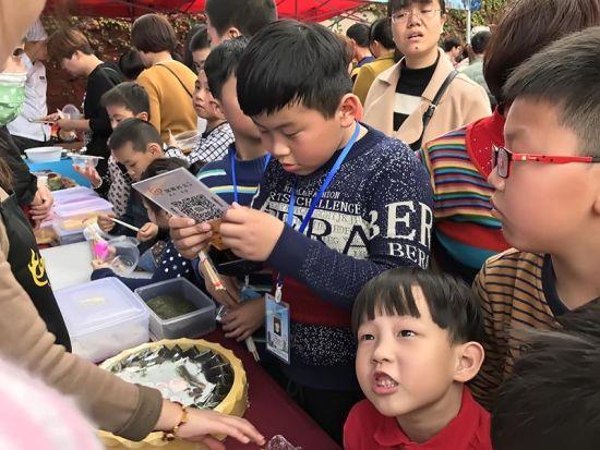 市民携带孩童边普及紫菜文化知识,边品尝紫菜产品