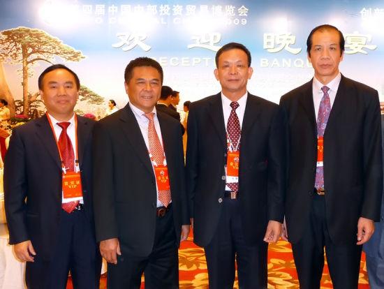 与商会历任会长李贤义(右二)、李建超(左二)、黄祖仁(右一)合影