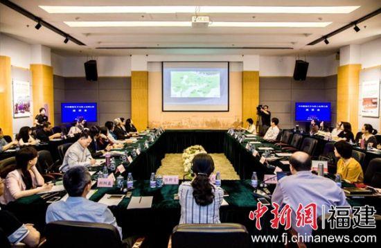 """19日,主题为""""中印雕塑艺术与海上丝绸之路""""的座谈会在福州举行。江净沙 摄。"""