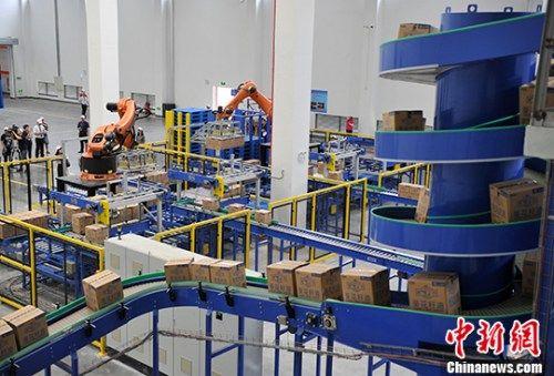 图为台湾佳格厦门葵花油项目全自动精炼葵花油生产线。 中新社记者 张斌 摄