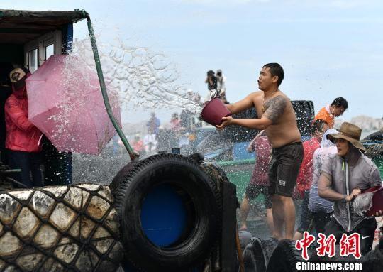 海上泼水狂欢。 王东明 摄