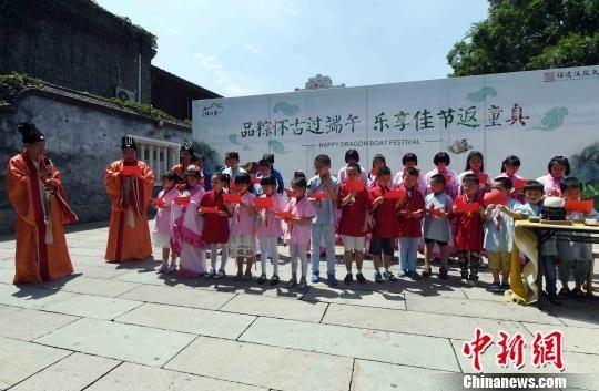福州百六峰诗社的诗人们带领小朋友为观众吟诵端午主题的古诗词。 刘可耕 摄