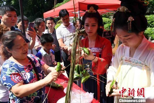活动现场设置了包粽子等传统端午习俗的体验区,吸引市民参与。 刘可耕 摄