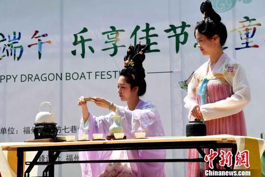 """二名汉服少女表演福州端午民俗""""午时茶""""泡制过程。 刘可耕 摄"""