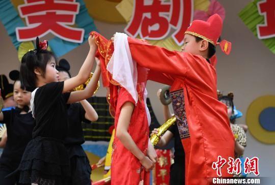 小朋友表演儿童创意戏剧《老鼠嫁女》,惟妙惟肖。 记者刘可耕 摄