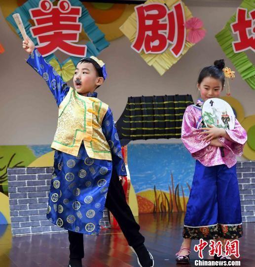小朋友表演该幼儿园原创剧目《半夜鸡叫》,博得场下家长及小朋友欢声阵阵。 记者刘可耕 摄