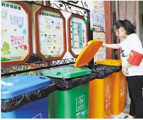 垃圾分类督导员在检查分类情况(记者 王协云 摄)