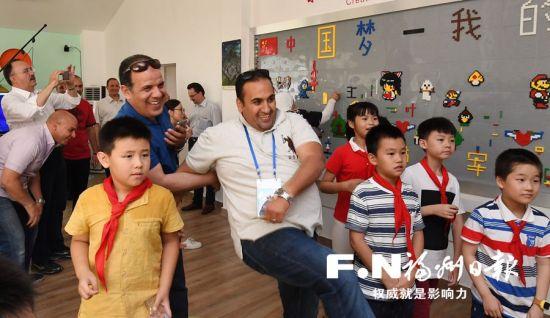 嘉宾参观军门社区与小朋友乐在其中。