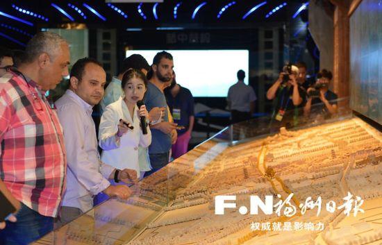 嘉宾参观福州规划馆。记者 池远 摄