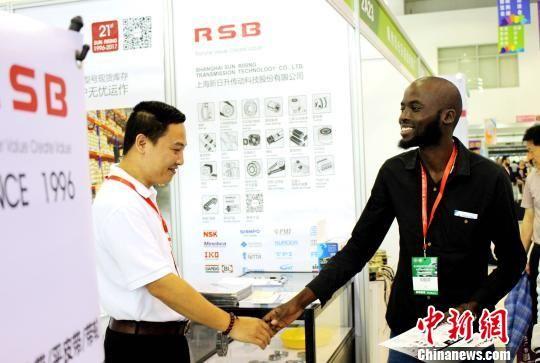 图为海外客商与电机企业达成合作意向。 吕巧琴 摄