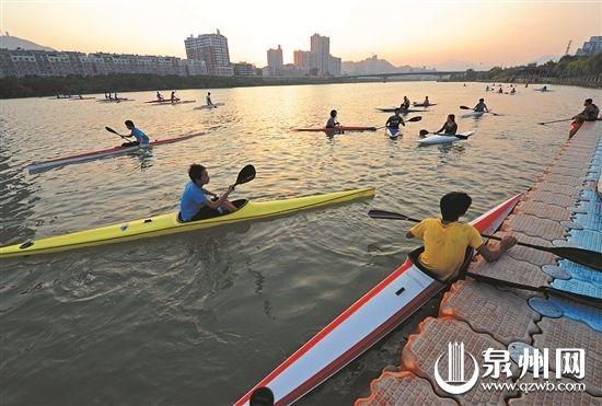 泉州水上运动队皮划艇小分队以十几岁的孩子为主,有初中生,也有小学生。(戴仲达 摄)
