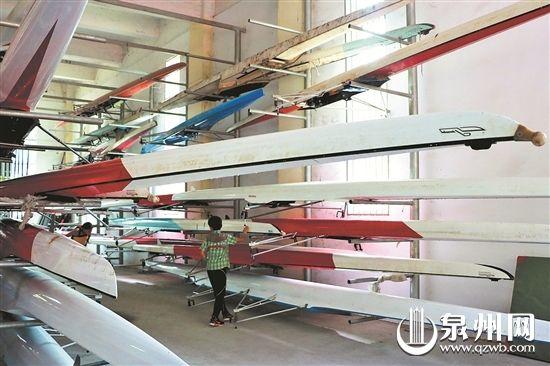 在陆上训练场所内,一旁的铁架上放着许多赛艇,目前基地的船只总价超过200万元。 (蔡懋贤 摄)