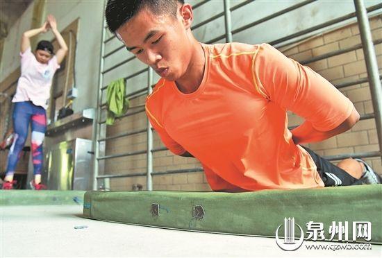运动员在进行核心力量训练(戴仲达 摄)