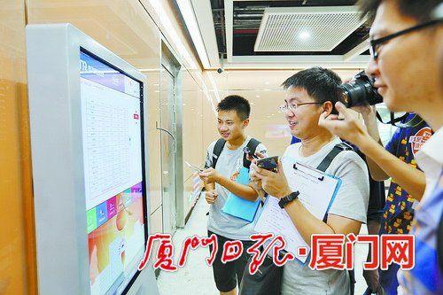 参观的市民正在看站内的时刻表