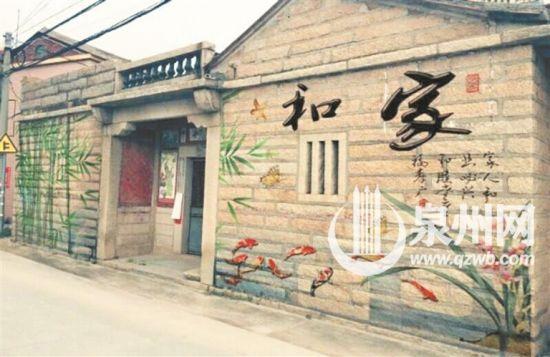手绘墙画依据墙体的实际绘就,漂亮生动。