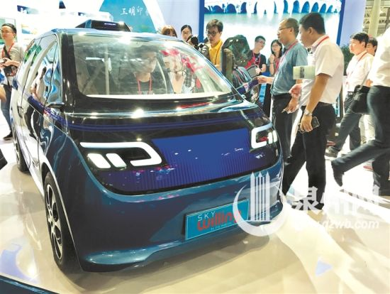 云乐新能源汽车重量仅300千克,充电一次可以行驶120—200公里。