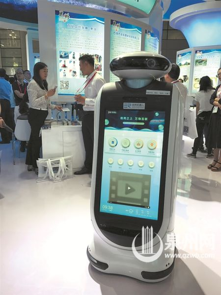 """服务型机器人""""小慧""""成为泉州馆一大亮点"""