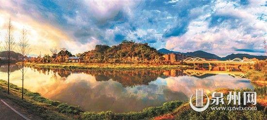 经过治理后的桃溪流域东平段呈现出水天一色的山水画卷。(康庆平 摄)