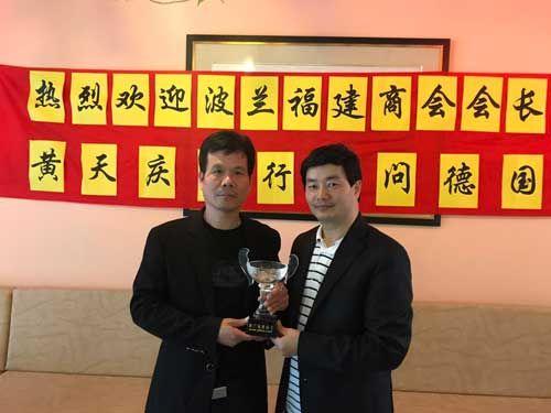 波兰福建商会会长黄天庆(左)和德国中华文化促进会并与该会会长刘代铨