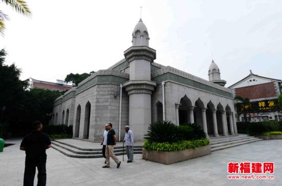 游客参观泉州清净寺