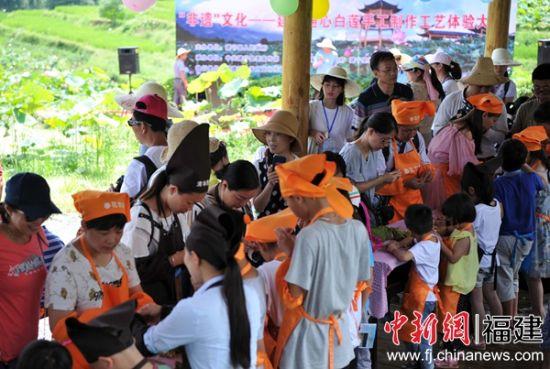 建宁通心白莲手工制作工艺体验大赛在建宁县开幕。张斌 摄