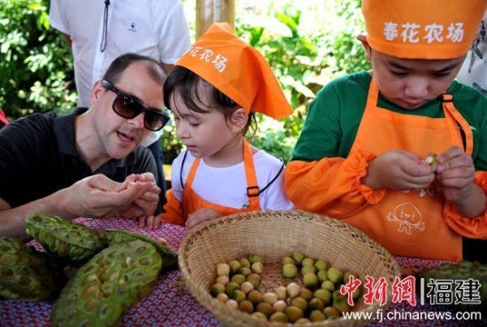 外国游客带着自己的孩子前来体验传统工艺。张斌 摄
