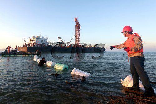 """海底电缆即将成功""""登陆""""。王东明摄"""