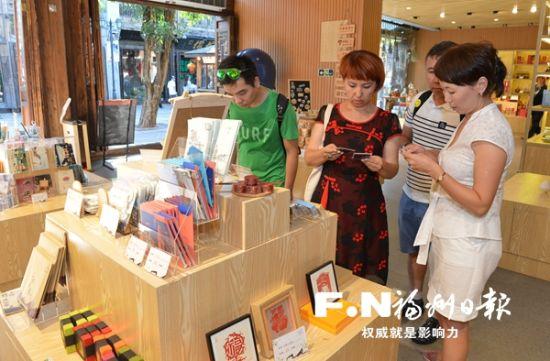 三坊七巷文创产品吸引众多游客。
