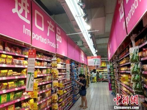 市民在超市购物。中新网记者 李金磊 摄
