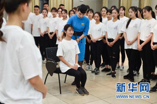 厦航空姐对厦门大学志愿者进行礼仪培训(5月10日摄)。新华社记者 宋为伟 摄
