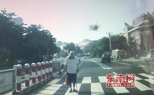 老人向礼让的车辆深深地鞠了一个躬。视频截图