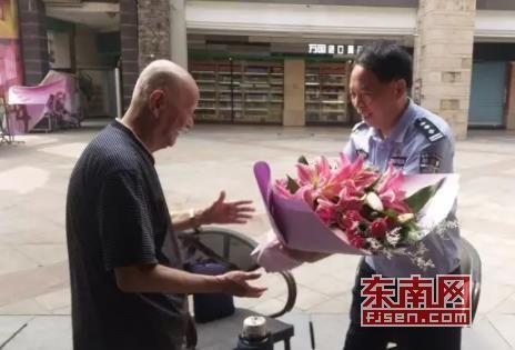 李洪忠向老人敬献献花(市交警支队 林少甫 供图)