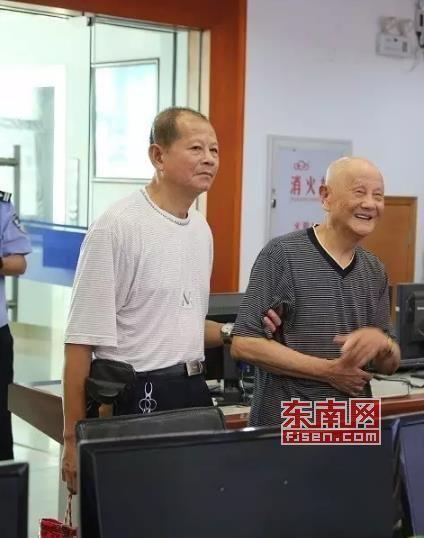 老人被请到市交警支队参观。(市交警支队 林少甫 供图)