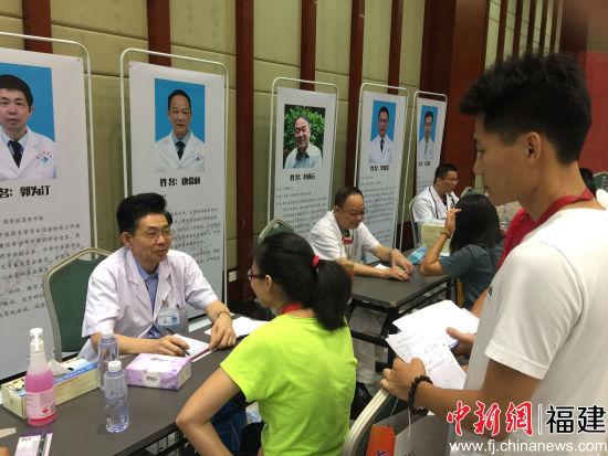 国家级名老中医郭为汀及树兰医疗集团专家团队为基层员工义诊。