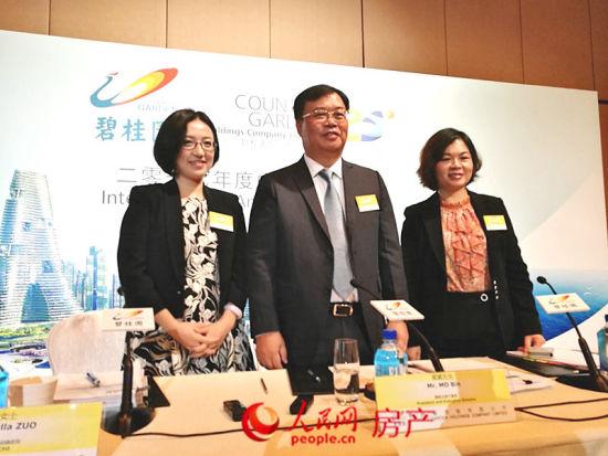 碧桂园集团首席财务官兼副总裁伍碧君,左为碧桂园集团财务资金中