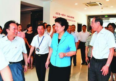 近日,中共中央政治局委员、国务院副总理刘延东,在省委书记尤权等陪同下,考察我省医改工作,与工作人员亲切交谈。福建日报记者 郑杰 摄
