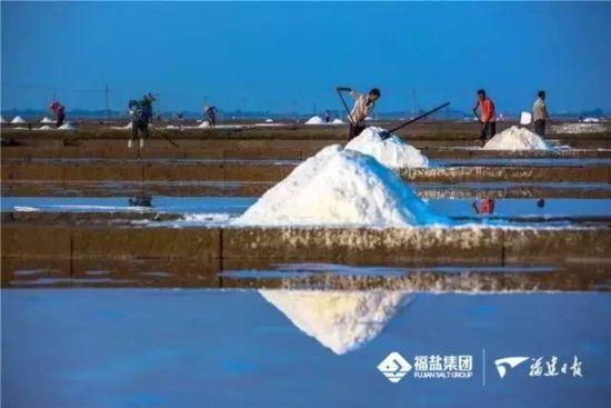 虽然时过千年,但福建海盐的生产仍然沿袭了千年以前的工艺。郑成乐 摄