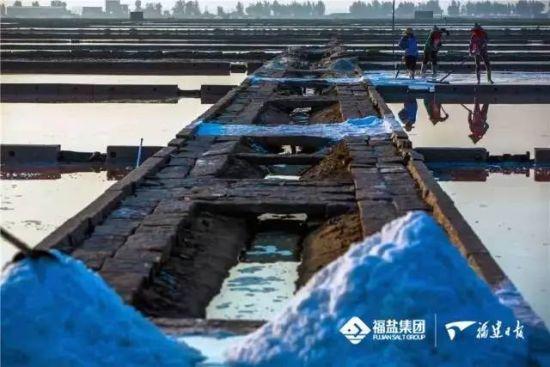 """10为此福建海盐主产区泉州泉港还被誉为""""中国海盐文化之乡"""",海盐生产工艺也已被列入非物质文化遗产。郑成乐 摄"""