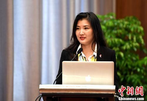 9月10日,泰国《@曼谷》杂志社社长郭蕊在论坛上演讲。当日,第九届世界华文传媒论坛——华文媒体与中华文化分论坛在福州举行。 中新社记者 张斌 摄