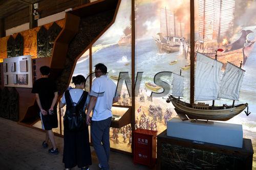 游客在福州市海上丝绸之路展示馆参观。