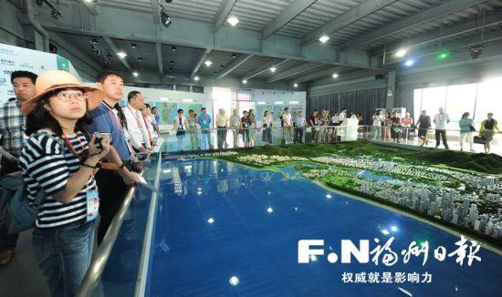 嘉宾们参观福州滨海新城规划馆。